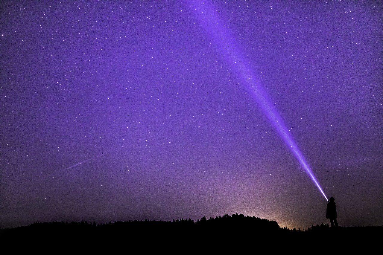 night photograph, flashlight, ray